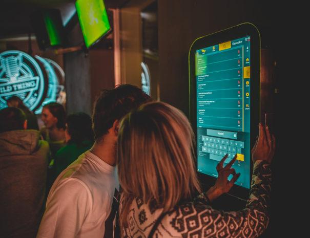 Společná výběr karaoke skladeb u nové generace jukeboxu.